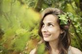 Mooi meisje met bladeren in het haar — Stockfoto