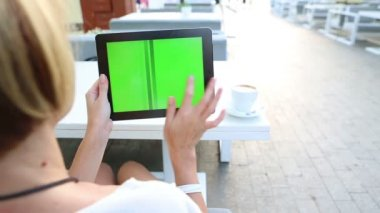 Video footage tablet computer with green screen in street cafe. Summer time — Stock Video