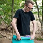 man op strand met yoga mat — Stockfoto #48607979