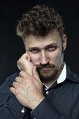 Yorgun sakallı mutsuz yöneticisi itimat elindeki kameraya bakıyor — Stok fotoğraf