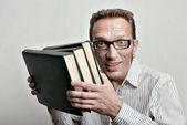Sonriente estudiante de mediana edad con viejos libros de la biblioteca de la universidad. — Foto de Stock