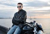 Jovem bonito na jaqueta de couro moto — Foto Stock