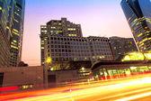 As trilhas leves dos carros na cidade moderna — Foto Stock
