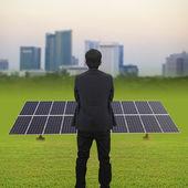 Zakenman en zonne-energie planten — Stockfoto