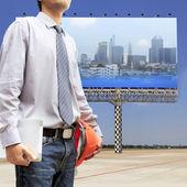 Ingenieros y arquitectos sosteniendo una tableta digital — Foto de Stock