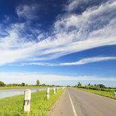 Mavi gökyüzü ile kırsal kesimde yol — Stok fotoğraf