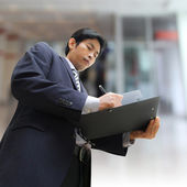 Uomo d'affari firma a un documento — Foto Stock