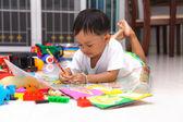 快乐的小男孩,绘制和阅读 — 图库照片