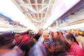Stadsmensen lopen in sky train station — Stockfoto
