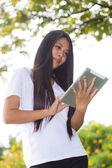 Mujer asiática con tablet Pc — Foto de Stock