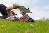 女人和书 — 图库照片