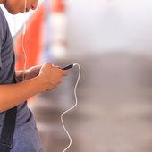 Homme à l'aide de téléphone — Photo