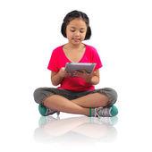 使用数字平板电脑的女孩 — 图库照片