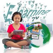 Meisje met digitale tablet pc — Stockfoto