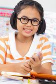 Petite fille étudiante — Photo