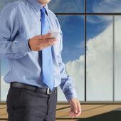 бизнесмен с помощью смартфона — Стоковое фото