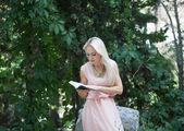 Güzel sarışın kadın kitap okuma — Stok fotoğraf
