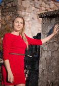 Bellissima giovane donna che indossa il vestito rosso in autunno — Foto Stock