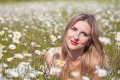 Beautiful woman in a daisy field — Stock Photo
