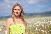 Beautiful woman in a daisy field — Stok fotoğraf