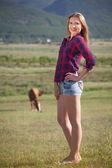 Beautiful woman in a field — Stok fotoğraf