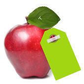 Rött äpple med gröna etiketten isolerade — Stockfoto