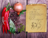 Especiarias e velho livro de receitas — Fotografia Stock