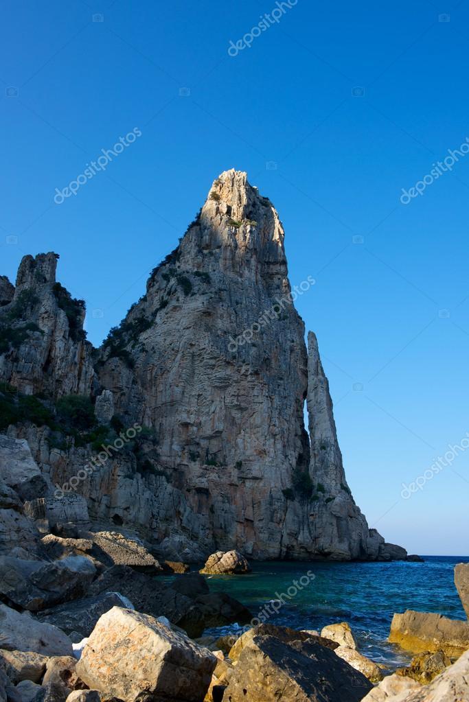 formaciones rocosas en Cerde�a, Italia. lugar de pedra lunga ...