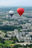 Vilnius city from the top, view to the new suburbs, Europe, Vilnius, Lithuania. Vilnius city view. Vilnius city view with flying balloons background.Two balloons flying in the air.Summer activities — Foto Stock