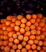 Fresh carrots in street market, fresh vegetables in street market close up, vegetables background, colorful vegetables — Foto de Stock
