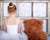 Unknown unrecognizable little girl with teddy bear, lonely girl at home, artistic photo, little ballerina with teddy bear, small ballerina girl with bear in artistic photo with selective focus,game — Stock Photo