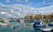 Malta Marsaxlokk village, native fishing boats luzzu, ancient fishing village, Mediterranean sea,blue sea and clouds formation, HDR photo, Marsaxlokk view,traditional colors of Malta,sunset time — Photo