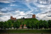 Vilnius, Lithuania. Vilnius city view. Vilnius, Tower of Gediminas, symbol of Vilnius. Summer. Vilnius in spring with dramatic clouds in the sky. Baltic country — Stock Photo