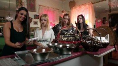 Sexy kobiet młodych, co czekoladowe pralinki — Wideo stockowe