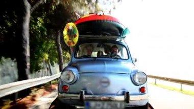 Family driving toward summer vacation — Stock Video