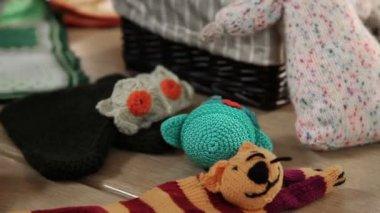 Vrouwen leren knitt en tonen hun kunst producten — Stockvideo