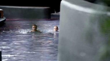 Par bada i spa — Stockvideo