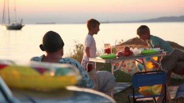 在沙滩上玩耍的孩子 — 图库视频影像