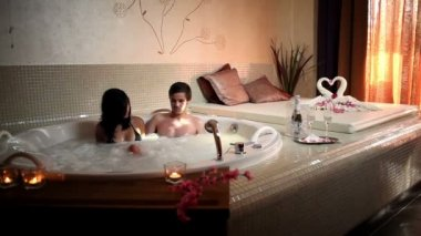 Couple in jacuzzi — Stock Video