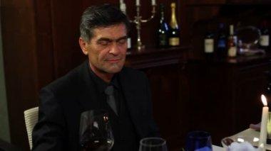 Casal brindando com vinho antes do jantar — Vídeo Stock