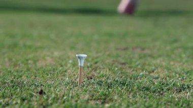 关闭的拿出持有高尔夫球球的赤足男子被枪杀 — 图库视频影像