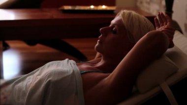 Woman relaxing in deckchair — Stock Video