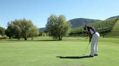 Colpo di un giocatore di golf uomo — Video Stock
