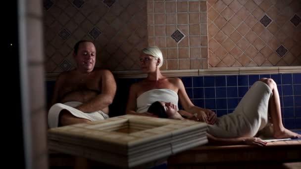 Famille dans un sauna — Vidéo