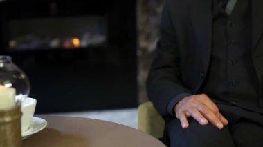 Close-up de servir coquetel no restaurante — Vídeo Stock