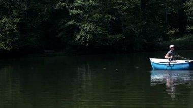 Young man fishing in lake — Stock Video