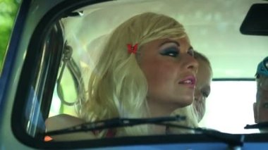 Mother and daughter in a car — Stockvideo