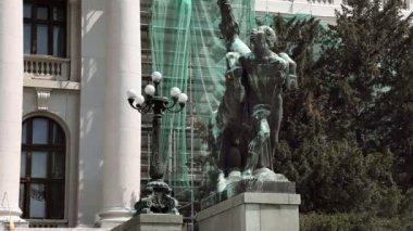 Lo zoom di un uomo e un cavallo davanti all'edificio — Video Stock