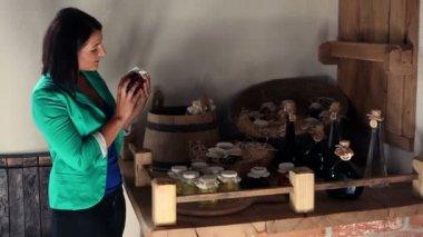 Joven sosteniendo y mirando los productos alimenticios caseros — Vídeo de stock