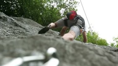 Young man rock climbing in beautiful nature — Vídeo stock